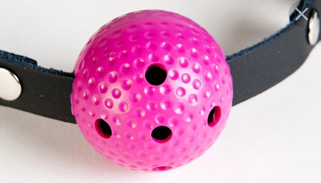 В розовую дырочку игрушку